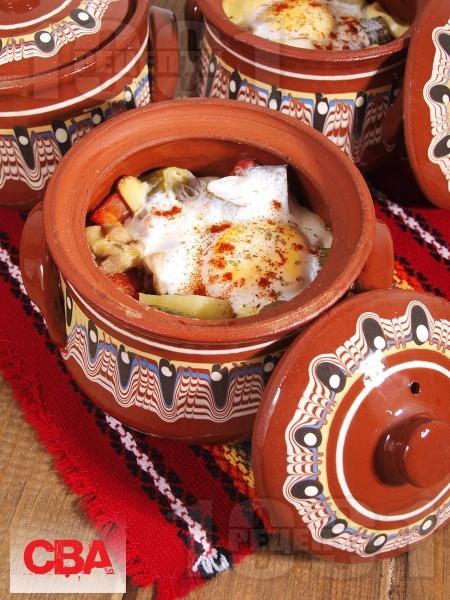 Гювечета с пилешки хапки, кисели краставички и печени чушки - снимка на рецептата